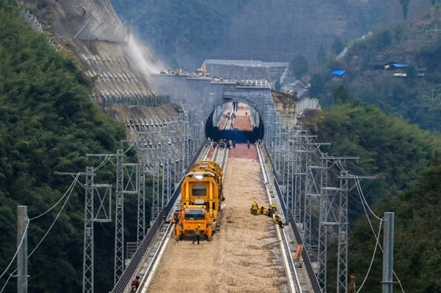 Track Laying Starts on Qianjiang-Zhangjiajie-Changde Railway